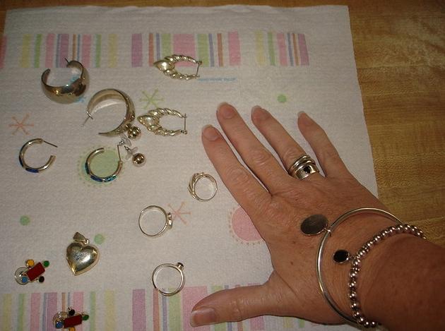Limpieza de la joyer a de plata de ley en el hogar parte for Como limpiar un rosario de plata