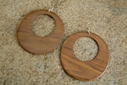 Aretes caseros hechos con madera