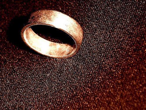 Cómo arreglar un anillo de oro manchado por blanqueador