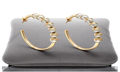 Argollas de oro con incrustaciones de perlas