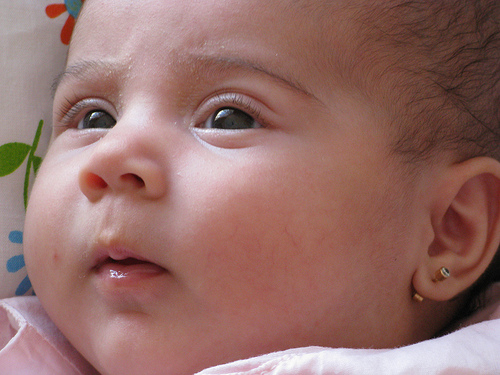 Uno de los momentos más memorables para los padres cuando tiene una bebe es presenciar cuando le hacen los orificios en sus orejas.