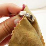 Cómo limpiar la joyería de plata bañada en oro