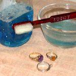 Cómo limpiar y guardar sus joyas de plata, oro, diamantes y perlas